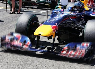 гибкие передние антикрылья на болиде Red Bull Себастьяна Феттеля