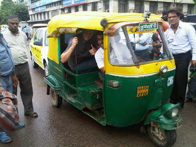 Карун Чандхок катает Джека Хамфри по Индии