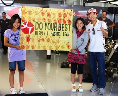 болельщики HRT и Сакона Ямамото Гран-при Японии 2010
