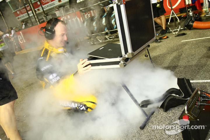 Роберт Кубица охлаждается на стартовой решетке Гран-при Сингапура 2010