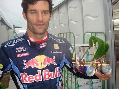Марк Уэббер с параходиком Red Bull перед квалификацией на Гран-при Японии 2010