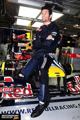 Марк Уэббер в боксах Red Bull сидит на своем болиде во время несостоявшейся квалификации в субботу на Гран-при Японии 2010