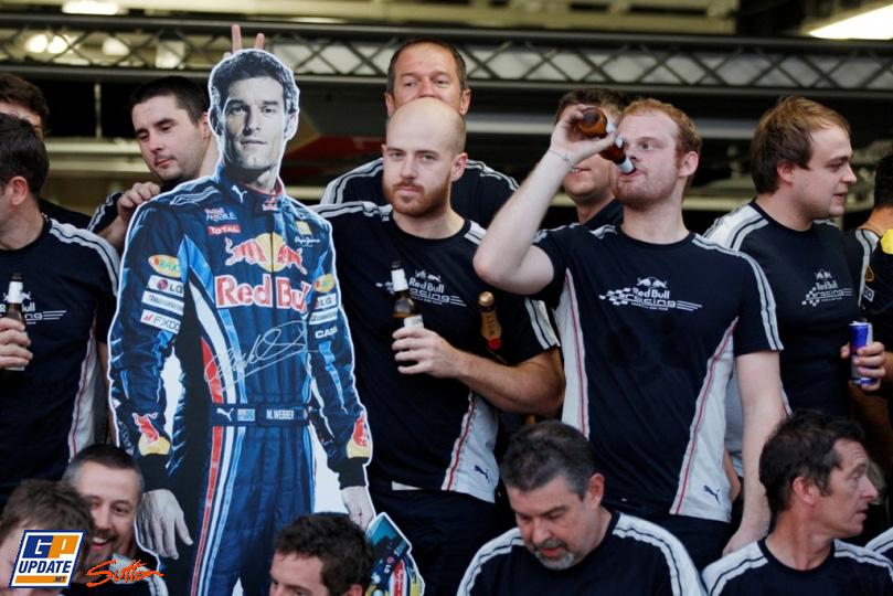 механики Red Bull с картонной фигурой Марка Уэббера на Гран-при Японии 2010