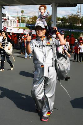 болельщица косплеит Михаэля Шумахера на Гран-при Японии 2010