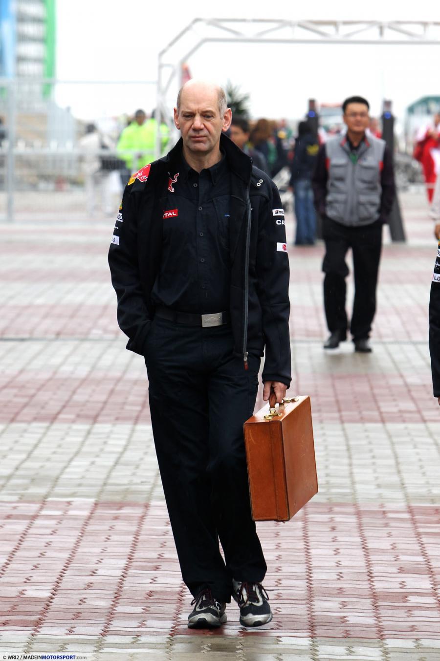 Эдриан Ньюи идет с чемоданом после ужасной гонки для Red Bull на Гран-при Кореи 2010
