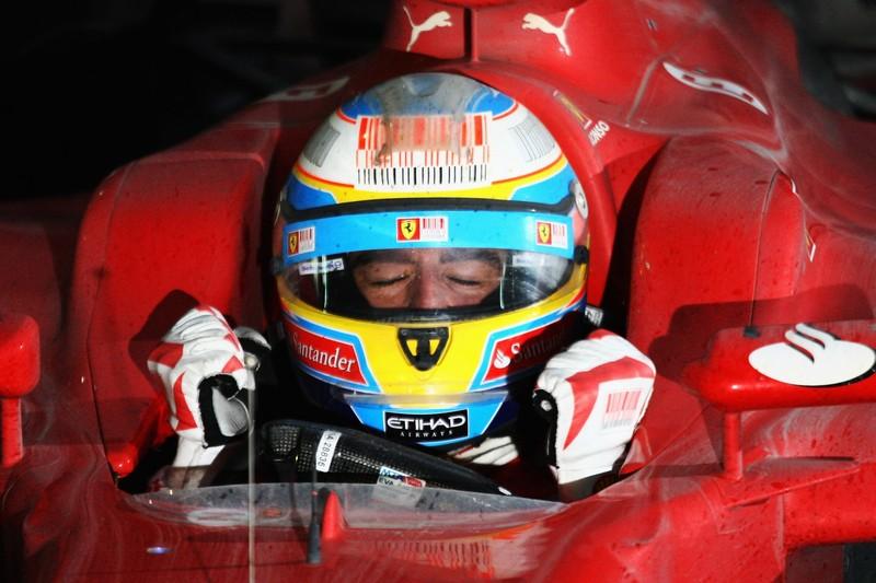 Фернандо Алонсо в кокпите Ferrari после победы на Гран-при Кореи 2010