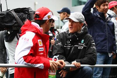 Михаэль Шумахер и Фелипе Масса обсуждают что-то на Гран-при Кореи 2010