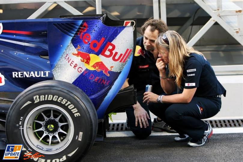 механики Red Bull осматривают заднюю часть своего болида на Гран-при Абу-Даби 2010