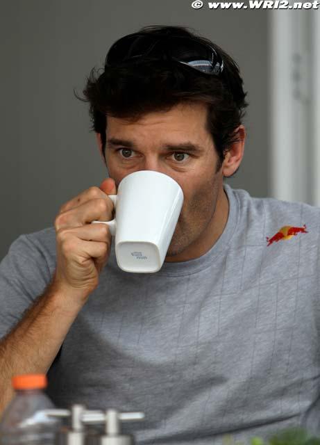 Марк Уэббер пьет из кружки на Гран-при Бразилии 2010
