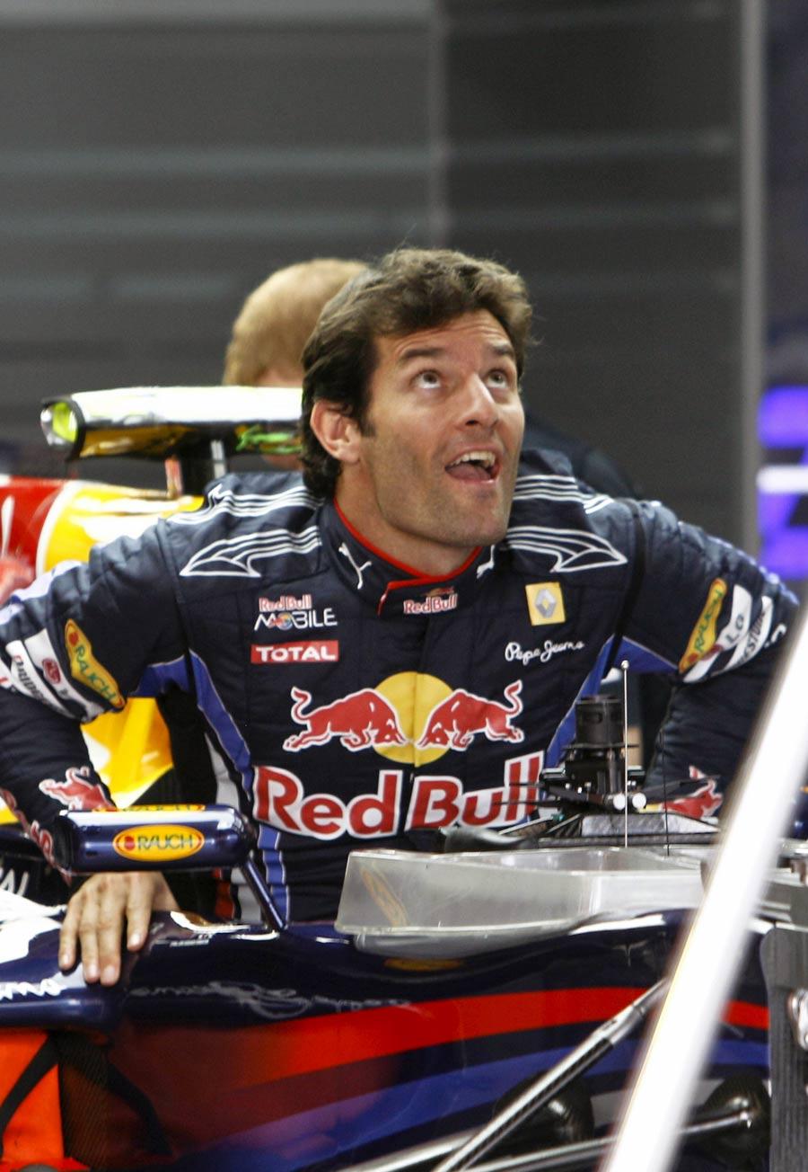 Марк Уэббер вылазит из кокпита Red Bull на Гран-при Бразилии 2010