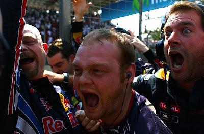 механики Red Bull радуются победе в кубке конструкторов на Гран-при Бразилии 2010