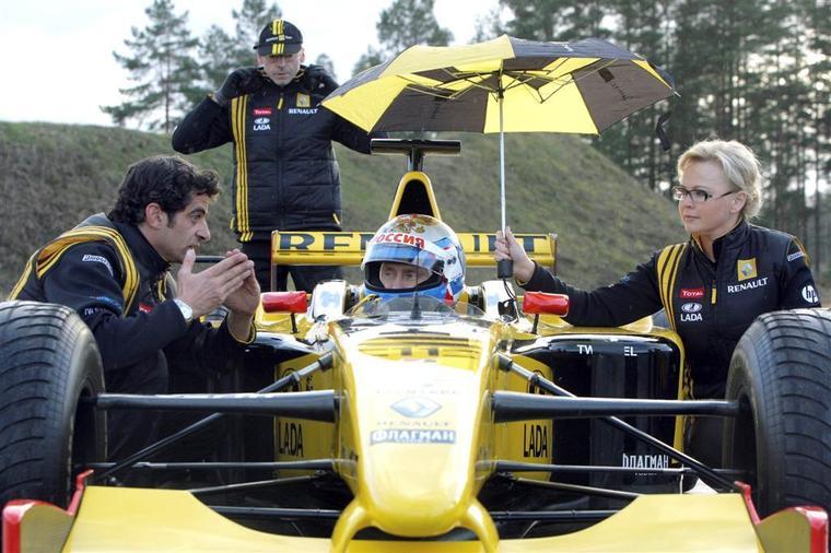 Владимир Путин получает наставления от инженера Renault