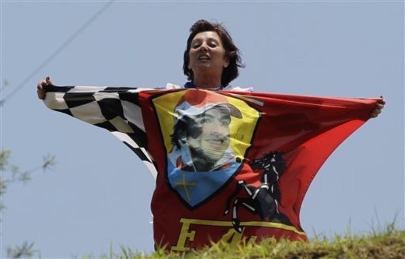 болельщица Фернандо Алонсо с флагом Ferrari на Гран-при Бразилии 2010