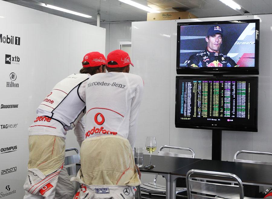 Дженсон Баттон и Льюис Хэмилтон следят за пресс-конференцией Марка Уэббера на Гран-при Бразилии 2010