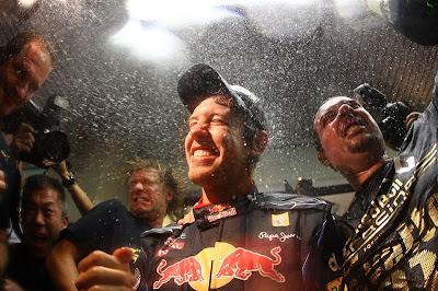 Себастьян Феттель наслаждается победой вместе со своими механиками на Гран-при Абу-Даби 2010