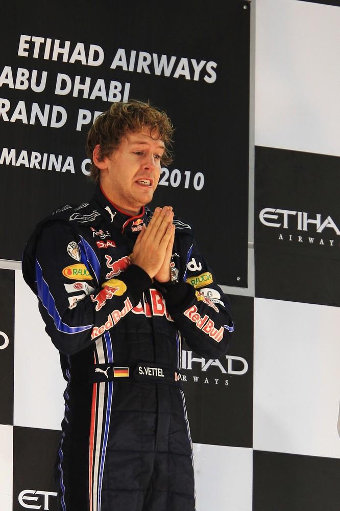 Себастьян Феттель на подиуме Гран-при Абу-Даби 2010