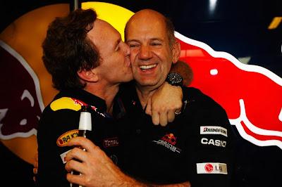 Кристиан Хорнер целует Эдриана Ньюи на Гран-при Абу-Даби 2010