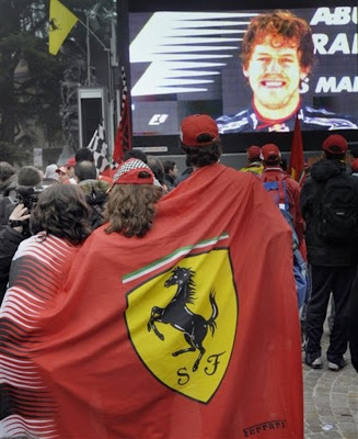 болельщики Ferrari наблюдают на экранах Себастьяна Феттеля на Гран-при Абу-Даби 2010