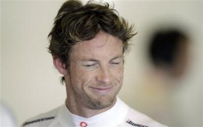 Джон Баттон улыбается на Гран-при Абу-Даби 2010