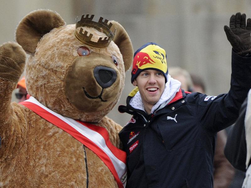 Себастьян Феттель с мишкой на показательных заездах Red Bull в Берлине 27 ноября 2010