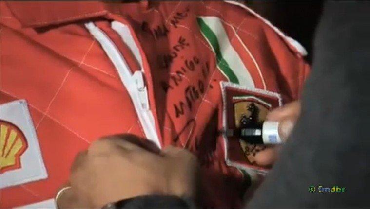 Фелипе Масса подписывает комбинезон