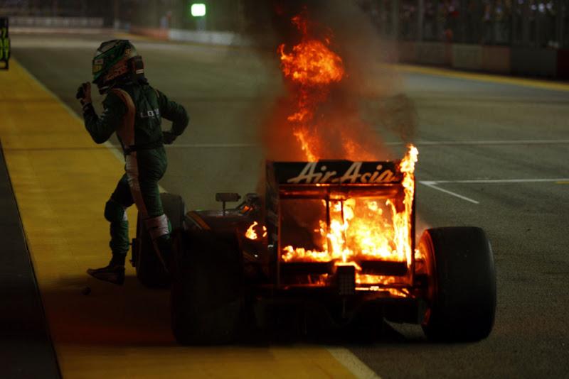 Хейкки Ковалайнен сбегает от горящего Lotus на Гран-при Сингапура 2010