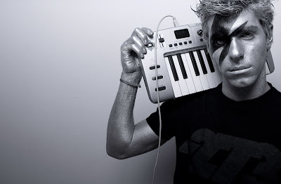 разрисованный Хайме Альгерсуари с миди-клавиатурой
