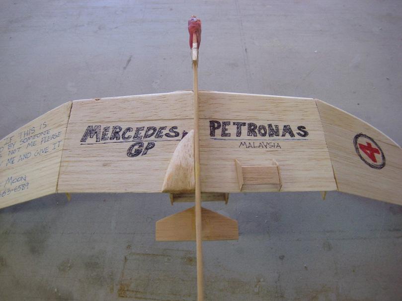 деревянный самолетик Mercedes GP вид снизу