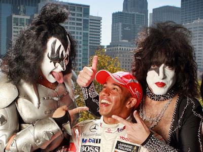 Льюис Хэмилтон с участниками группы KISS крупным планом