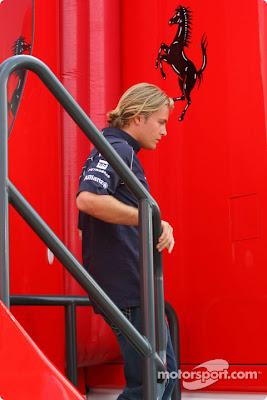 Нико Росберг выходит из паддока Ferrari