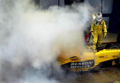 дымящийся Jordan Джанкарло Физикеллы на пит-лейне на Гран-при Бразилии 2003