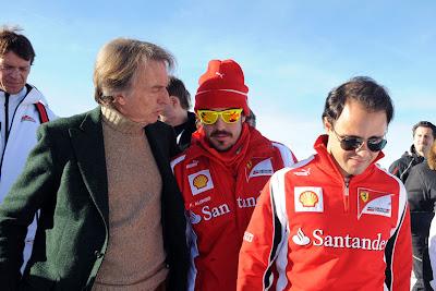 Стефано Доменикали и Фернандо Алонсо разговаривают о чем-то за спиной Фелипе Массы на Wrooom 2011