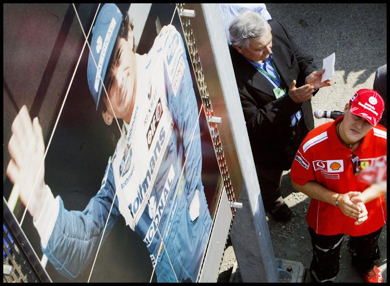 Михаэль Шумахер смотрит на изображение Айртона Сенны