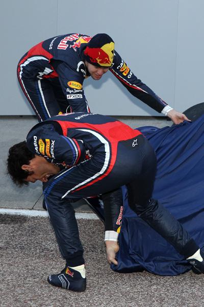Марк Уэббер и Себастьян Феттель поднимает завесу с Red Bull RB7 на презентации болида 1 февраля 2011