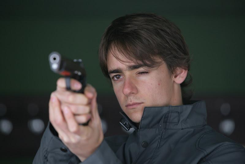 Эстебан Гутьеррес тренируется в стрельбе