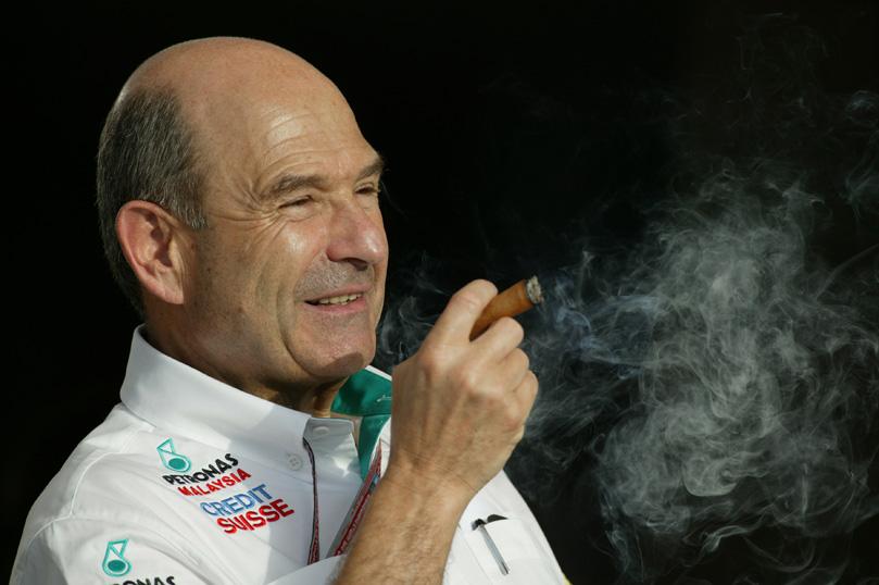 Петер Заубер курит сигару