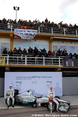 Михаэль Шумахер и Нико Росберг на презентации нового болида Mercedes GP W02 для сезона 2011
