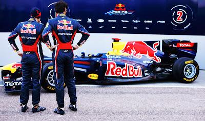 Себастьян Феттель и Марк Уэббер любуются Red Bull RB7