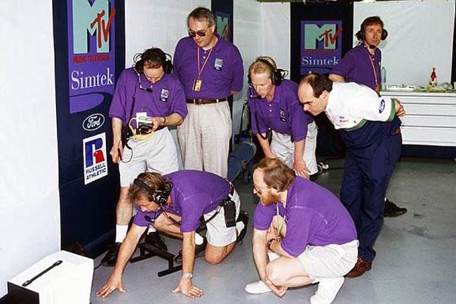 механики Simtek вокруг одного монитора на Гран-при Бразилии 1994