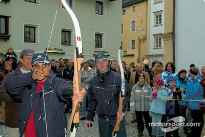 Хуан Пабло Монтойя и Ральф Шумахер стреляют из лука