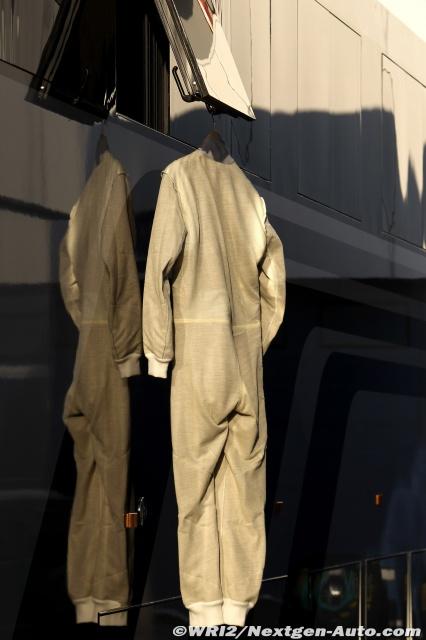 комбинезон Ника Хайдфельда на тестах в Хересе за Lotus Renault