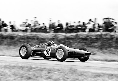 Джим Кларк в Lotus держится за голову на Гран-при Франции 1963