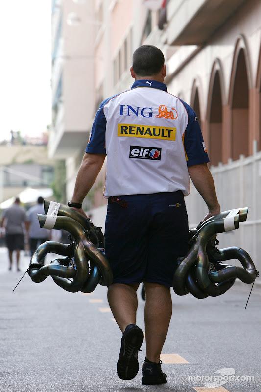 механик Renault несет выхлопные трубы в паддоке Гран-при Монако 2007