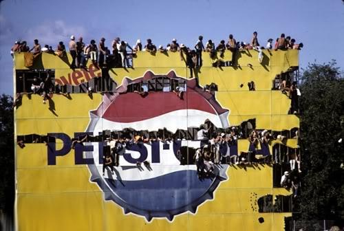 тифози на рекламной конструкции Pepsi на Гран-при Италии 1970