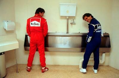 Жан Алези и Алан Прост в туалете в Аделаиде на Гран-при Австралии 1993