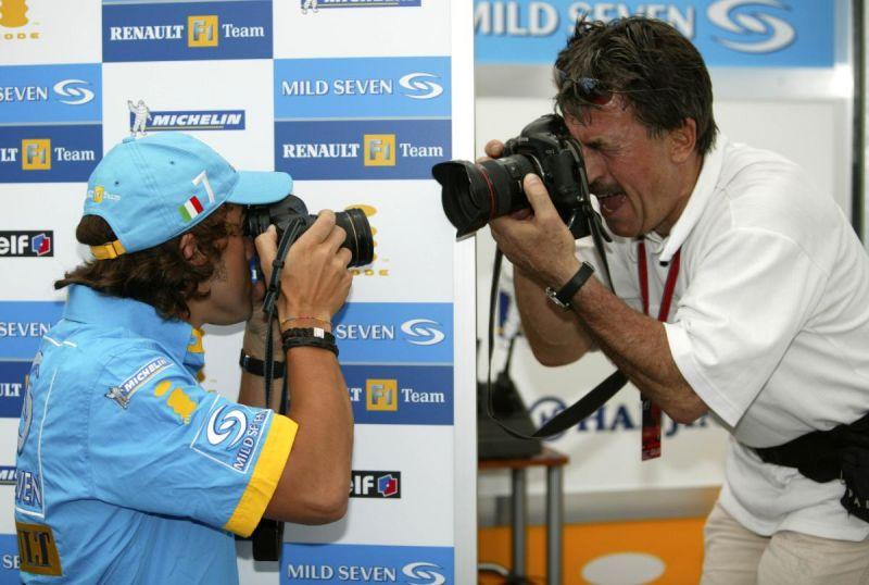 Фернандо Алонсо фотографирует фотографа и наоборот
