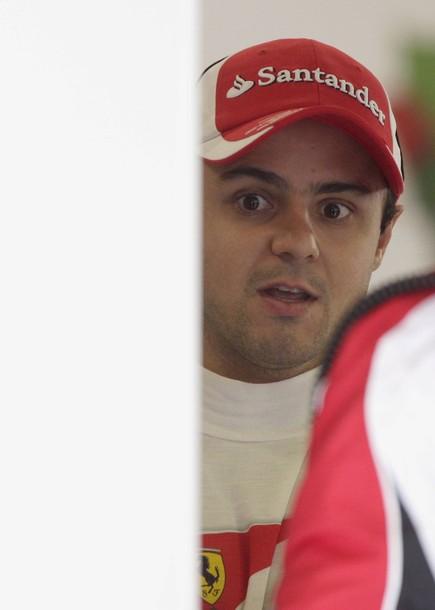 Фелипе Масса как-будто узнает что-то на предсезонных тестах 2011 в Барселоне