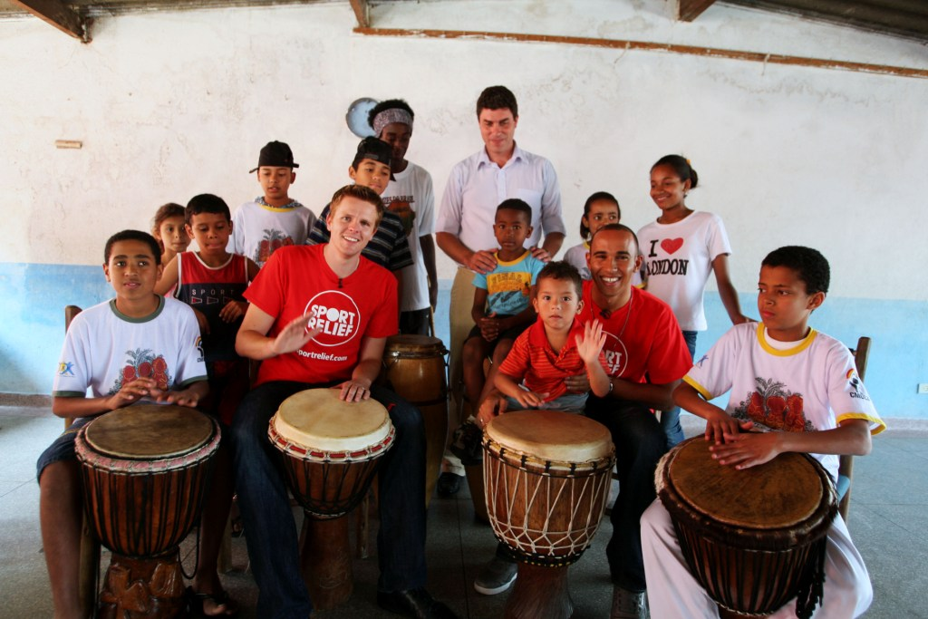 Джек Хамфри и Льюис Хэмилтон играют на барабанах с детьми на Гран-при Бразилии 2009