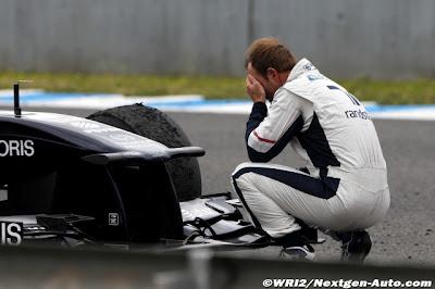 Рубенс Баррикелло фэйспалмит перед своим болидом Williams на предсезонных тестах 2011 в Хересе