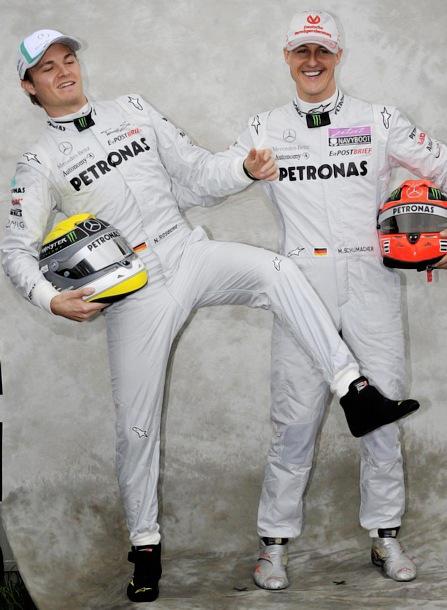 Нико Росберг и Михаэль Шумахер валяют дурака на фотосессии на Гран-при Австралии 2011